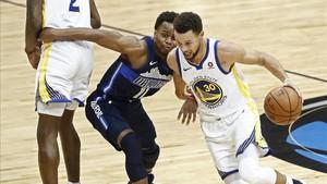 Curry se lució ante los Raptors