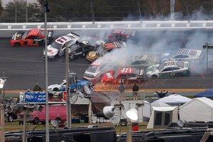 Espectacular choque durante la serie NASCAR Cup de Monster Energy en el Daytona International Speedway en Daytona Beach.