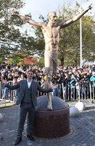 La estrella de fútbol sueca Zlatan Ibrahimovic posa durante la ceremonia de inauguración de una estatua que lo representa cerca del estadio de Malmo, en la ciudad natal de Ibrahimovic, Malmo, Suecia.