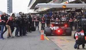 Hamilton, al volante del Mercedes, en los test de 2019 en Barcelona