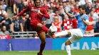 Joe Gomez del Liverpool se enfrenta a David Silva (D) del Manchester City durante el partido de laFA Community Shield entre Manchester City y Liverpool en el estadio de Wembley en Londres.