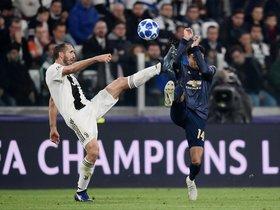 El jugador de la Juventus Giorgio Chiellini (L) y el del Manchester United English Jesse Lingard durante el partido de la UEFA Champions League entre la Juventus y el Manchester United en el Allianz stadium en Turin.