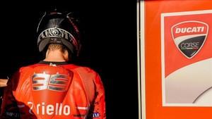 Lorenzo entrando en el box de Ducati