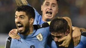 Luis Suárez, Giménez y Valverde, con la selección de Uruguay