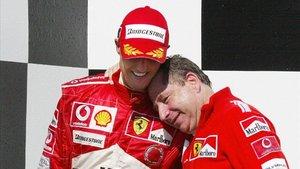 Michael Schumacher en el podio con Jean Todt