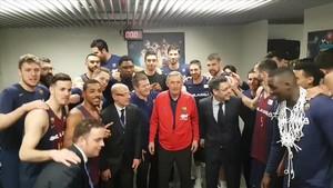 Pesic, rodeado del presidente y el directivo de la sección, junto al equipo