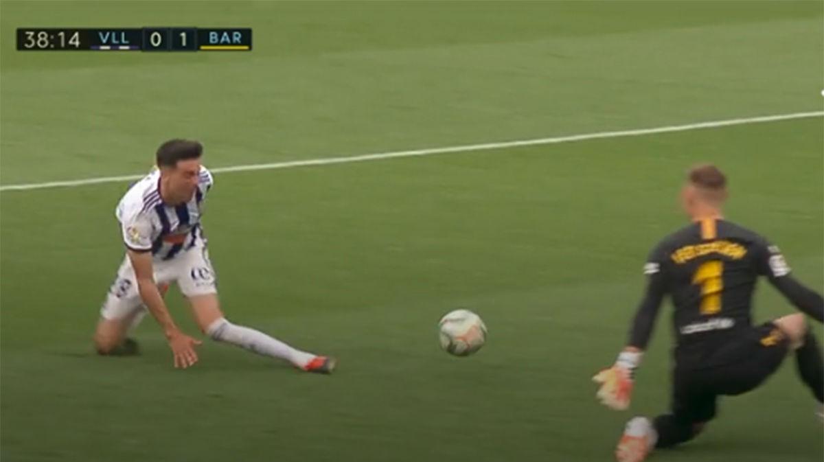 Por suerte para el Barça, Kike Pérez no le pegó bien y se libró del gol