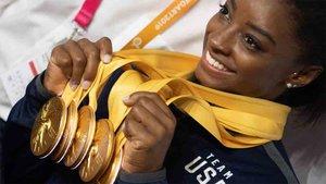 Simone Biles poa con sus medallas