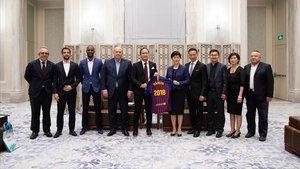 Una delegación del FC Barcelona le dio una camiseta a Sun Ying