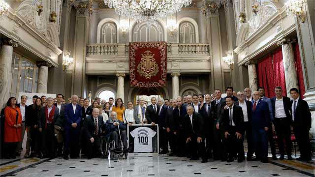El Valencia hace entrega al Ajuntamiento de una camiseta conmemorativa del centeneario ché