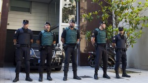 Agentes de la Guardia Civil, frente al domicilio de Sandro Rosell
