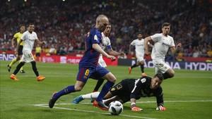 Andrés Iniesta regatea a Soria antes de marcar su gol