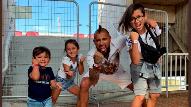 Arturo Vidal disfrutó con sus hijos del Messi Challenge