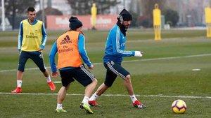 Benzema, en el entrenamiento de hoy con la manlo vendada