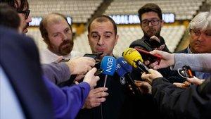 Carles Duran atiende a los medios, este lunes, en Badalona