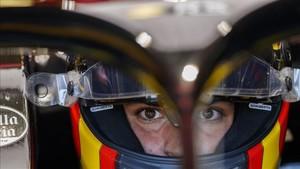 Carlos Sainz, totalmente concentrado, dentro de su casco en Canadá
