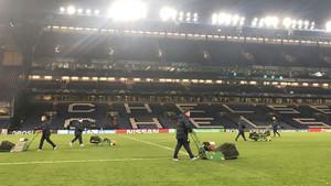El Chelsea ha cortado el césped ¡después del partido contra el Barça!