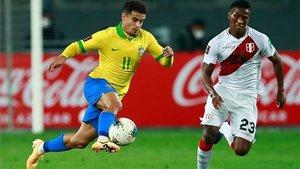 Coutinho, en una acción del Perú-Brasil (2-4) correspondientes a las Eliminatorias Sudamericanas para el Mundial de Catar 2022