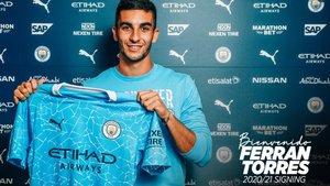 Ferran Torres posa con la camiseta del City