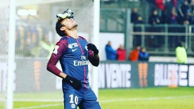 Gol y curiosa celebración de Neymar