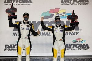 Jordan Taylor y Antonio García, en el podio de Daytona