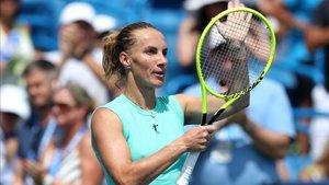 Kuznetsova saluda al público tras imponerse a Barty en semifinales
