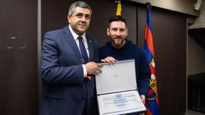 Leo Messi junto a Zurab Pololokashvili en las oficinas del FC Barcelona
