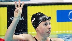 Lilly King celebra su victoria en los 50 braza