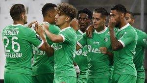 Los jugadores del Saint-Éttiene celebrando un tanto.