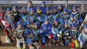 Marc y Àlex Márquez posan junto a los participantes del Allianz Junior Motor Camp