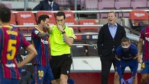 Martínez Munuera, en el momento de señalar el penalti a favor del Real Madrid en el Camp Nou