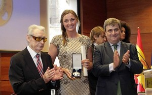 Melani Costa recibió la medalla de plata de manos de Miguel Cardenal