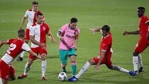 Messi, rodeado de jugadores del Girona