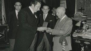 El presidente Agustí Montal entrega a Francisco Franco la medalla de oro del FC Barcelona