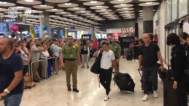 La selección aterriza en Madrid entre aplausos de cientos de aficionados