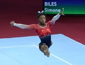 Simone Biles actúa en el piso durante la final del equipo femenino en el Campeonato Mundial de Gimnasia Artística FIG en el Hanns-Martin-Schleyer-Halle en Stuttgart, sur de Alemania.