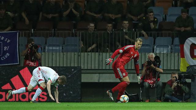 La última locura de Neuer con los pies: recorta a un rival y le deja en el suelo