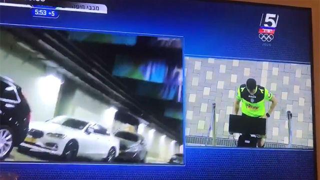 El VAR en Israel: cuando revisa el árbitro, se muestran imágenes de un aparcamiento