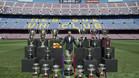 Xavi posando junto a los 24 títulos logrados con el FC Barcelona