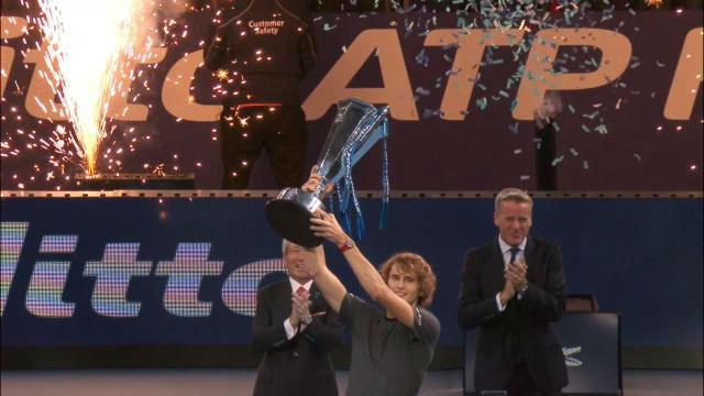 Zverev sorprende a Djokovic y se corona en Londres