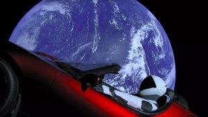 El Roadster de Musk vagando por el espacio.