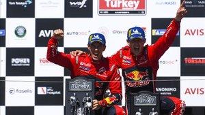 Ogier celebra el triunfo con su copiloto