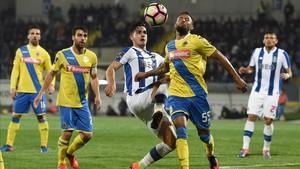 André Silva, del Porto, pugna con Nelson Barbosa por un balón