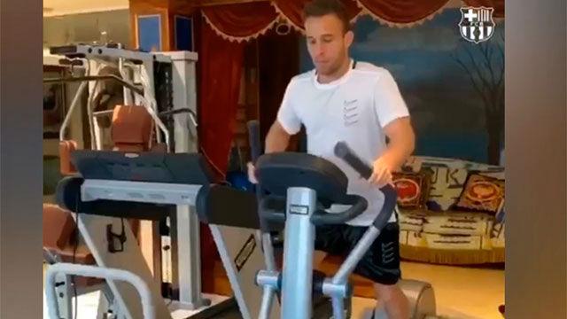 Arthur se machaca en el gimnasio de su casa para volver en plena forma