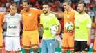 D'Alessandro, Alan Ruchel y Dunga posan con los árbitros antes del juego benéfico