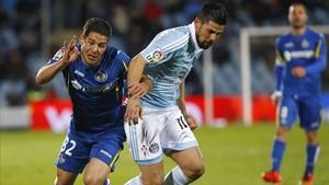 Emiliano Buendía Emi pelea un balón con el delantero del Celta de Vigo Manuel Agudo Nolito