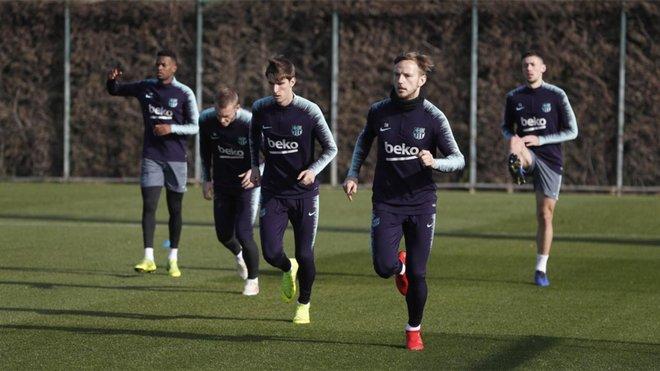 Nueve jugadores del filial en el entrenamiento del Barcelona