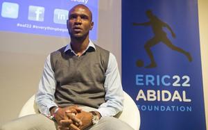 Eric Abidal y el Barça lucharán de la mano contra el cáncer infantil