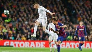 Fede Valverde gana un balón por alto ante el Barça