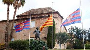Las banderas a media asta en el Barça por Maradona